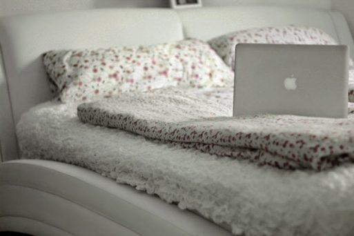 macbook pro, bett, ikea, bettwäsche, weiß, bedroom, dear fashion, fashion blog, mode blog, interior, einrichtung, inspiration, pinterest