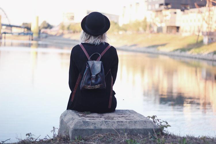dear fashion blog, rücken, Wasser, hut, moschino, mannheim, sonnenuntergang, outfit, lookbook, fashionblogger, modeblogger, jungbusch